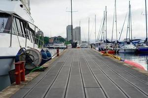 Couchette dans un parking de yacht sur un arrière-plan flou photo
