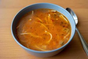 soupe végétarienne aux tomates avec des pâtes. photo