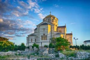 paysage avec vue sur les ruines et sur le temple de st. Vladimir photo