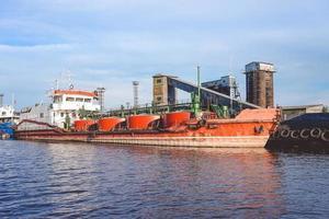 port d'une grande ville russe avec des navires et divers équipements photo