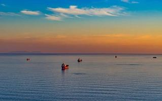 paysage marin avec pétrolier et navires sur le fond de la mer et du littoral. photo