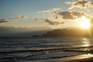 paysage marin avec de belles vagues émeraude. sudak, crimée. photo