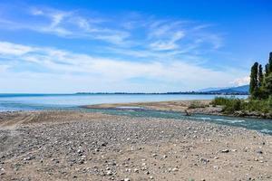 paysage naturel avec vue sur la rivière qui se jette dans la mer. photo