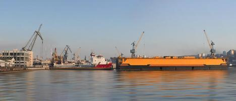 panorama du paysage de la ville avec vue sur le quai maritime et les navires. photo