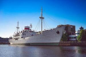 paysage avec des navires sur la rivière pregolya. photo