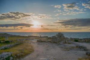 paysage avec vue sur un magnifique coucher de soleil à chersonesos. photo