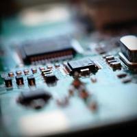 gros plan image d'une carte de circuit imprimé dans le flou. photo