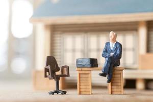 hommes d'affaires miniatures travaillant à domicile pour se protéger du coronavirus, concept de travail à domicile photo