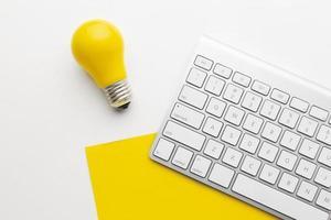 ampoule sur disposition de bureau photo