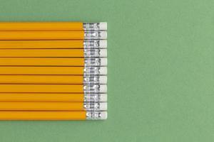 crayons sur fond vert photo