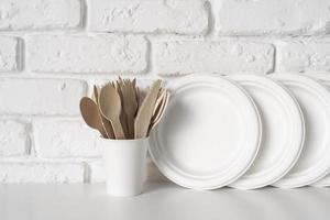 assiettes et ustensiles en papier photo