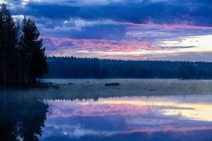 Tôt le matin, vue traverser un lac en Suède photo