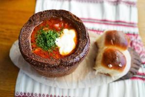 bortsch au pain noir avec des boulettes photo