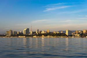 paysage urbain avec vue sur la ville depuis la mer. photo