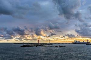 Coucher de soleil spectaculaire sur la mer un soir d'automne à Sotchi photo