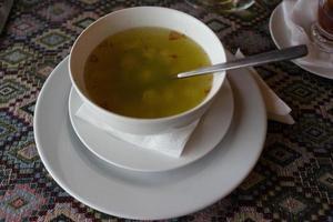 Cuisine nationale azerbaïdjanaise dans un plat blanc soupe dushbara photo