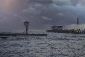 paysage marin avec vue sur la ville. photo
