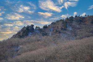 beau paysage de montagne en saison hivernale. photo