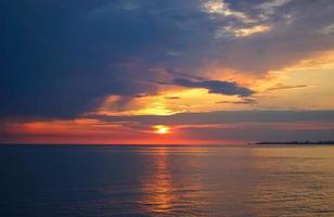 incroyable coucher de soleil sur l'océan. photo