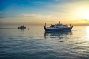 le détroit de Kerch au coucher du soleil, la vue sur la mer. photo