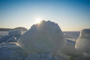 blocs de glace sur le fond de la mer gelée photo