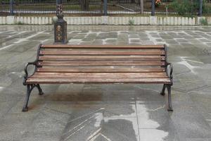 paysage urbain avec un banc en bois photo