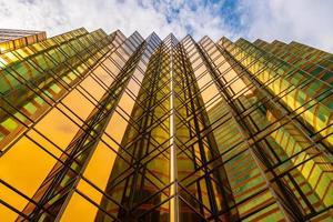 Grands bâtiments dorés et reflets de verre dans l'île de hong kong, concepts commerciaux de bâtiments et d'architecture photo
