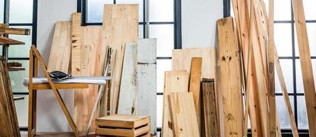 Image d'arrière-plan de l'atelier de menuiserie - table de travail de charpentiers avec différents outils et support de coupe en bois, image de filtre vintage photo