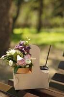 bouquet et café dans un récipient à emporter à l'extérieur photo