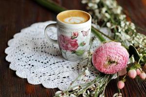 latte et fleurs sur une table photo