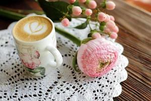 fleurs et cappuccino photo