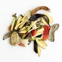 vue de dessus des déchets avec des légumes biologiques photo