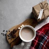 Éléments de hygge hiver vue de dessus avec tasse de chocolat chaud photo