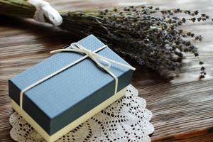 boîte cadeau bleue avec des fleurs de lavande photo