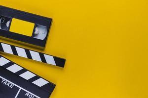Bande vidéo avec clap sur fond jaune photo