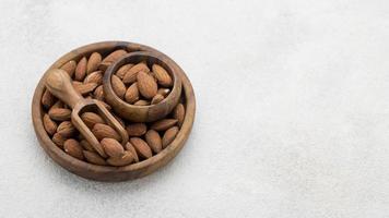 Bol de noix d'amande bio avec espace copie photo