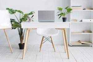 espace de travail des employés de bureau avec table pour ordinateur portable photo