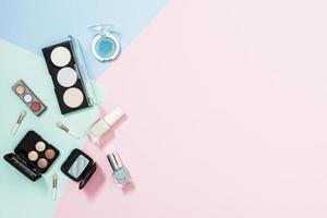 Vue de dessus des produits cosmétiques sur fond pastel photo