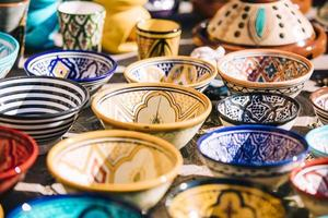 assiettes sur un marché au maroc photo