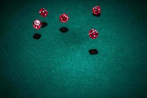 table de poker de dés de casino rouge photo