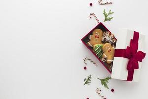 cadeau vue de dessus avec bonhomme en pain d'épice photo