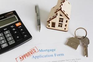contrat d'hypothèque et figurine de maison photo