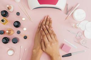 Vernis à ongles soins d'hygiène des ongles sur fond rose photo
