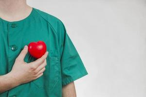 infirmière montrant un coeur en plastique photo