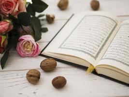 Coran ouvert avec des roses roses photo