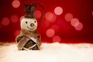 bonhomme de neige avec fond rouge avec bokeh photo
