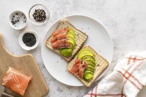 pain grillé à l'avocat et au saumon photo