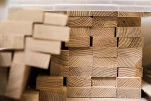Pile de planches de bois à l'atelier photo