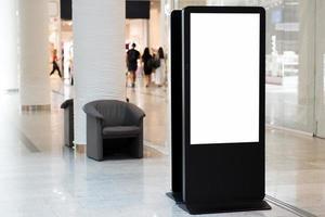 panneau d'affichage vide debout à l'intérieur du centre commercial photo