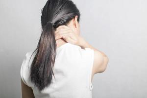 femme avec douleur au cou photo
